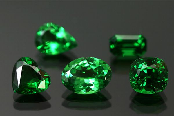 What kind of effect does green garnet have in detail?