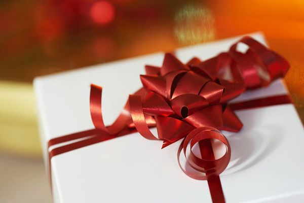 Conquer her heart! Learn how to give a gift